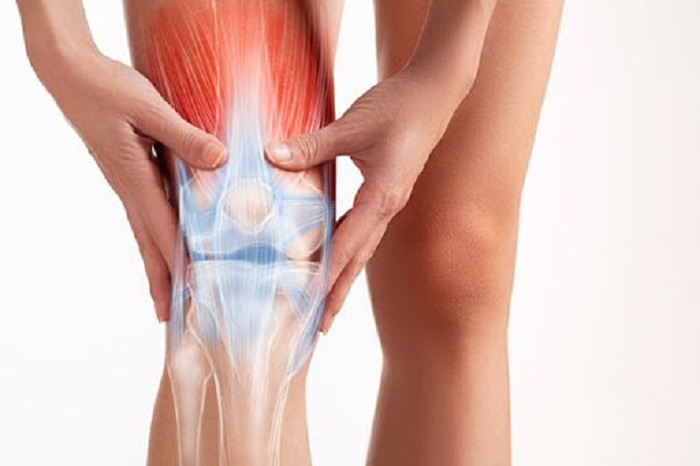 Chấn thương khớp gối biểu hiện: Khớp gối khó vận động, có thể bị sưng đau
