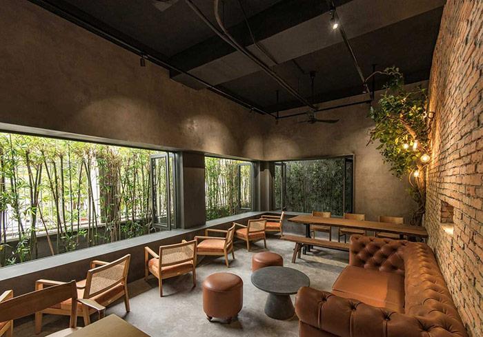 Phía trước quán là tán lá xanh mang đến không gian thưởng thức cafe gần gũi thiên nhiên