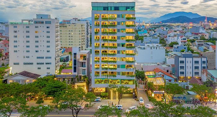 Khuôn viên khách sạn Fansipan Hotel Danang với cây xanh trong lành, tươi mát