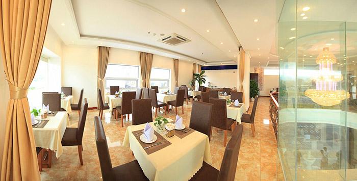 Khách sạn với nhà hàng cao cấp phuc vụ số lượng khách lên đến 100 người